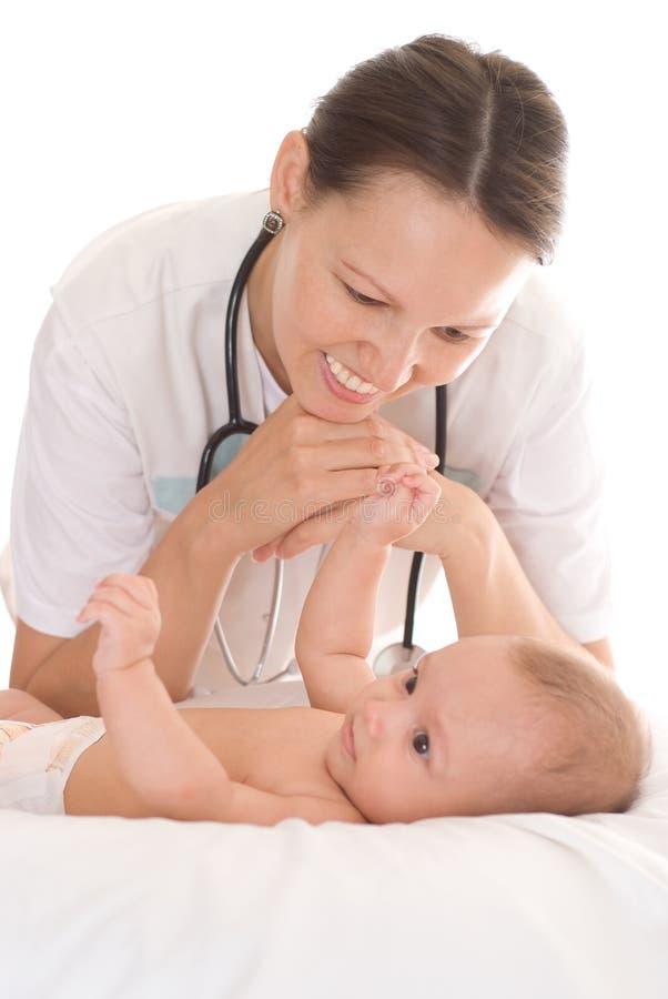 新出生儿童的医生 免版税库存照片