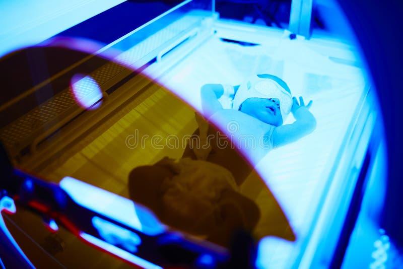 新出生女婴接受phototherapy为黄疸 免版税库存图片
