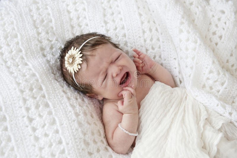 新出生婴孩哭泣的女孩 免版税库存照片