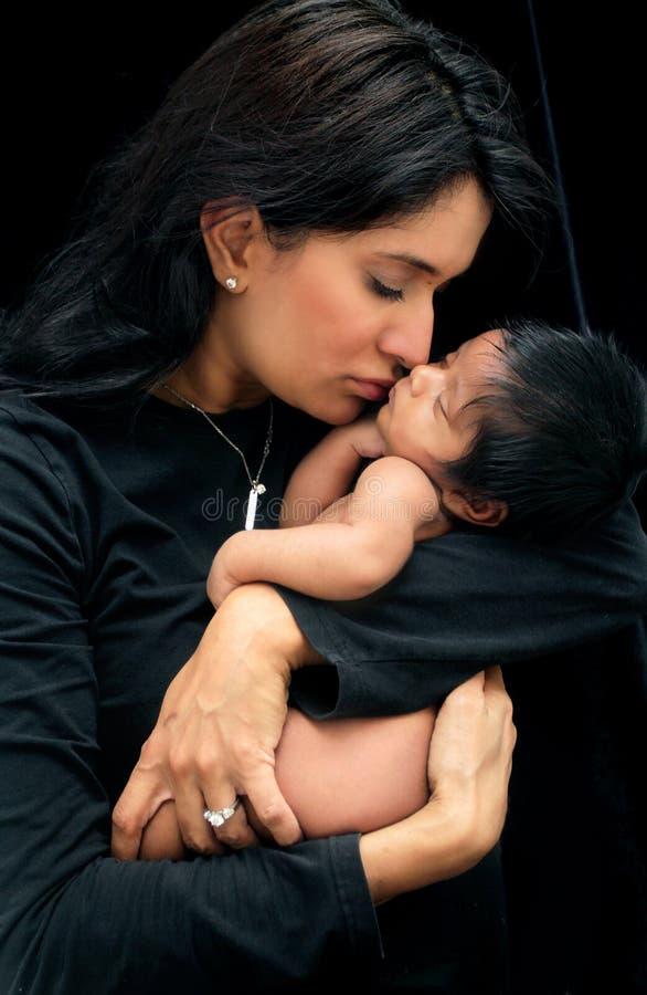 新出生小的母亲 免版税库存照片