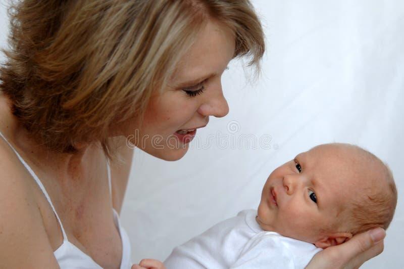 新出生小的母亲 免版税库存图片
