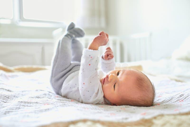 新出生的女婴在家 免版税库存照片