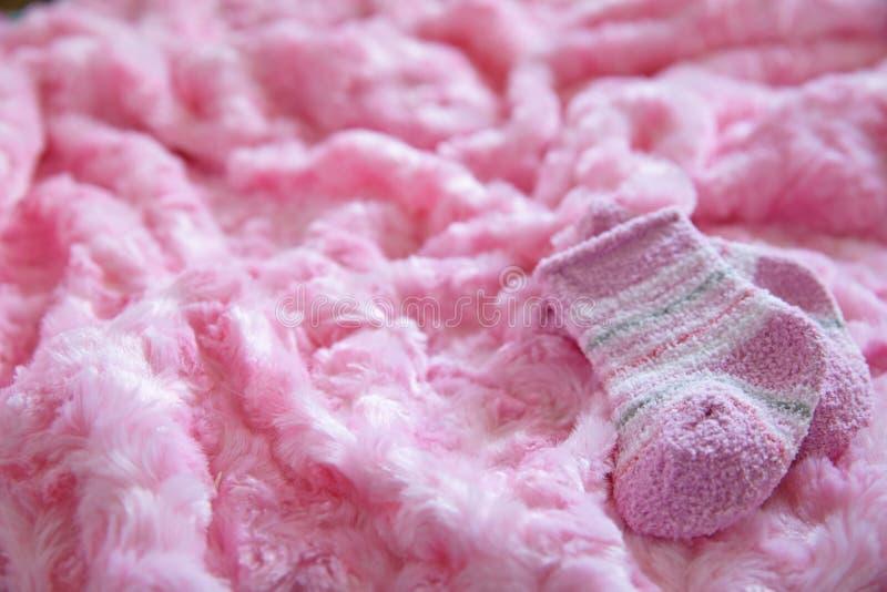 新出生的女婴的初生婴儿用品 图库摄影