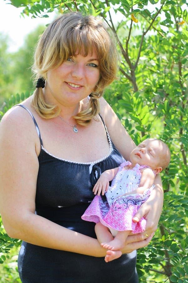 新出生的婴孩和他的母亲 免版税库存照片