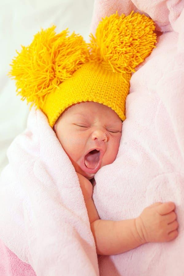 新出生的婴孩哈欠 免版税库存照片