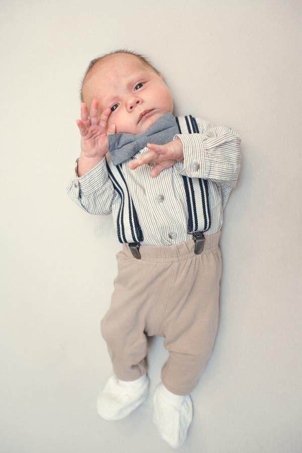 新出生的婴孩打扮象绅士 免版税图库摄影