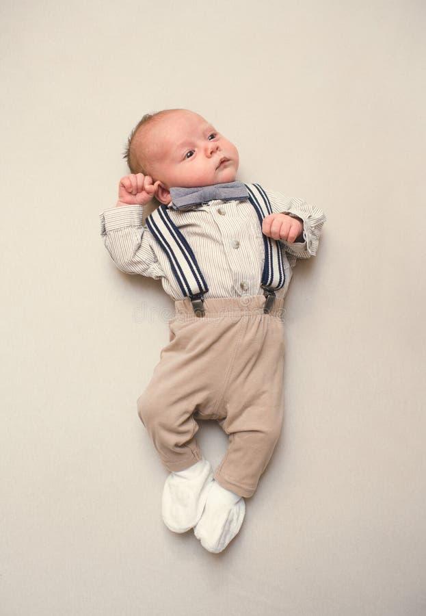 新出生的婴孩打扮象绅士 免版税库存图片