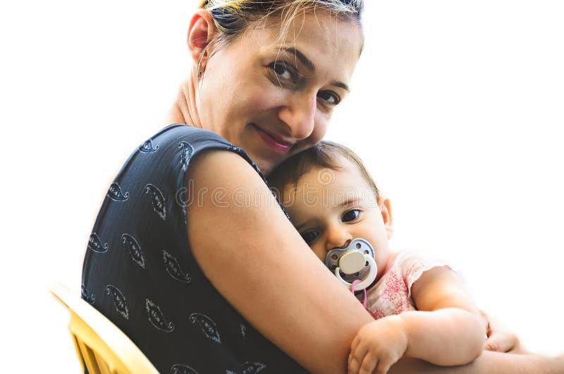 新出生的拥抱妈妈睡眠妇女微笑母亲拥抱无辜的女婴安慰者 库存图片