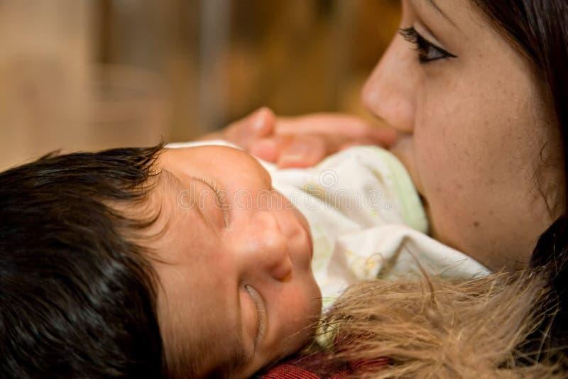 新出生的母亲 免版税库存照片