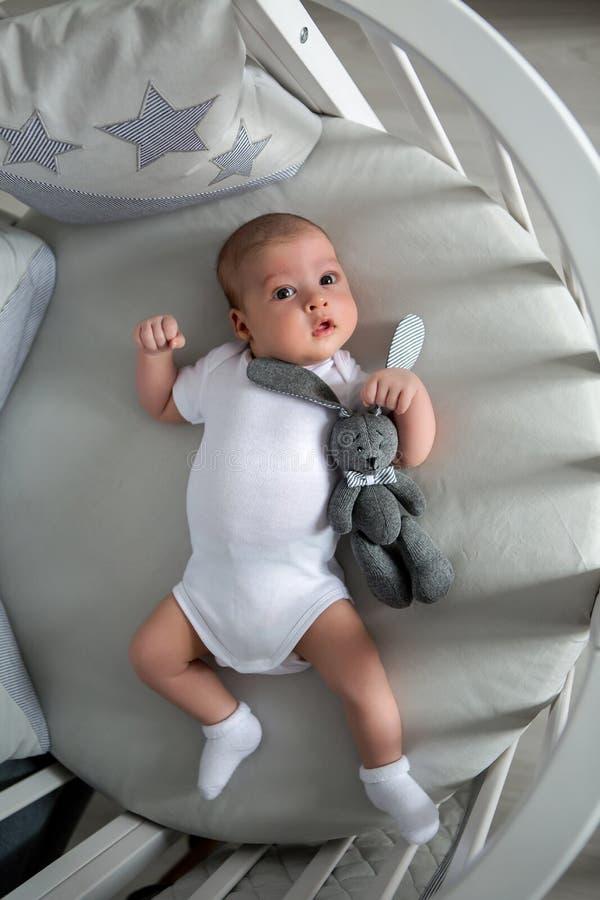 新出生的男孩在一张圆的床上在 图库摄影