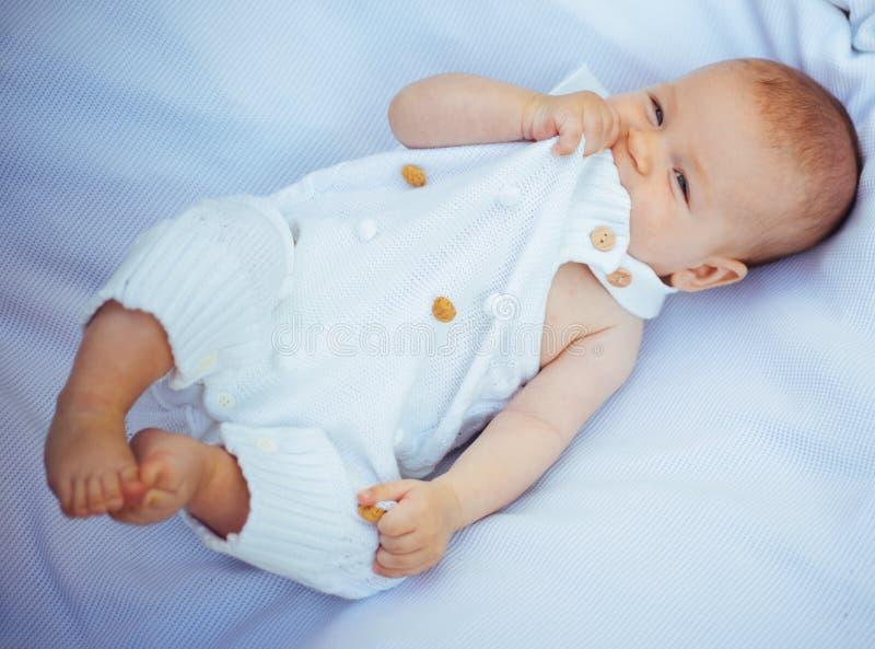 新出生的矮小的婴孩 最逗人喜爱的婴孩时尚 新出生的关心在家 时尚小婴孩 其中每一的出生关心解答 免版税库存照片