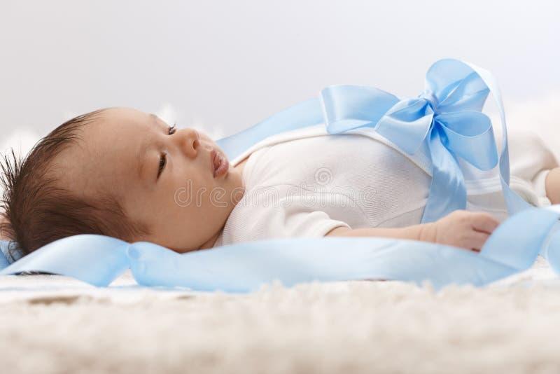 新出生的婴孩侧视图  图库摄影