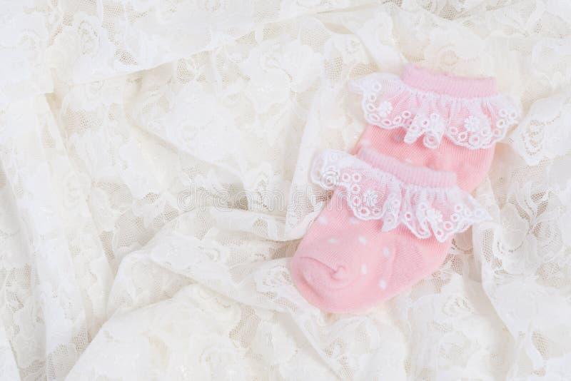 新出生的婴孩的桃红色婴孩袜子 库存照片