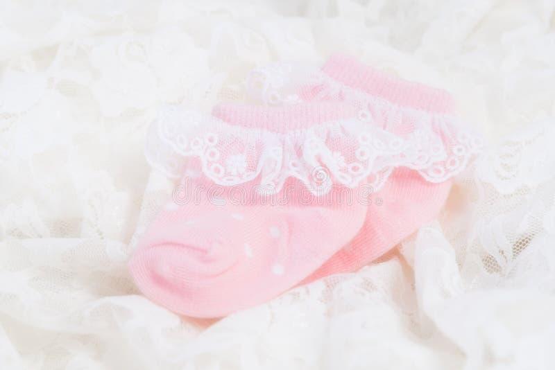 新出生的婴孩的桃红色婴孩袜子 免版税库存照片