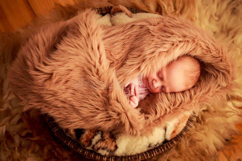 Download 新出生的婴孩睡觉面孔画象用小手 库存图片. 图片 包括有 敬慕, 子项, 的合法化的, 删去的, 逗人喜爱 - 59107357