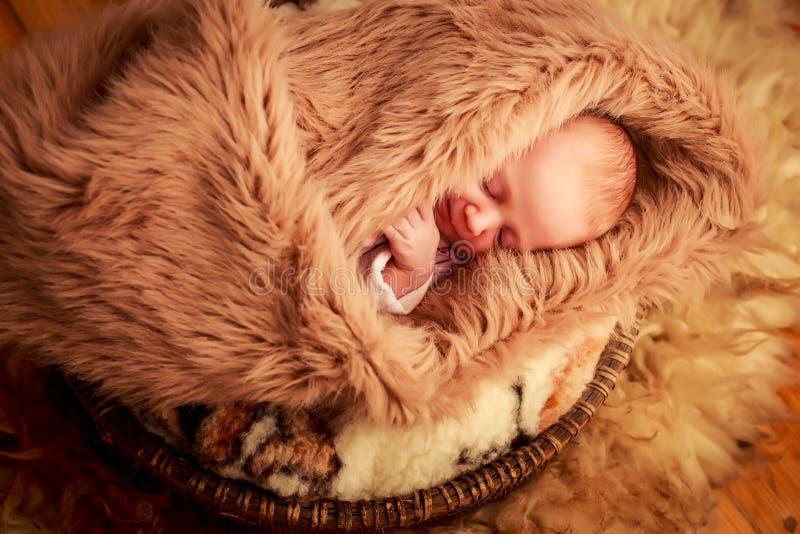 Download 新出生的婴孩睡觉面孔画象用小手 库存图片. 图片 包括有 室内, 绵羊, 婴孩, 新出生, 少许, 现有量 - 59107505