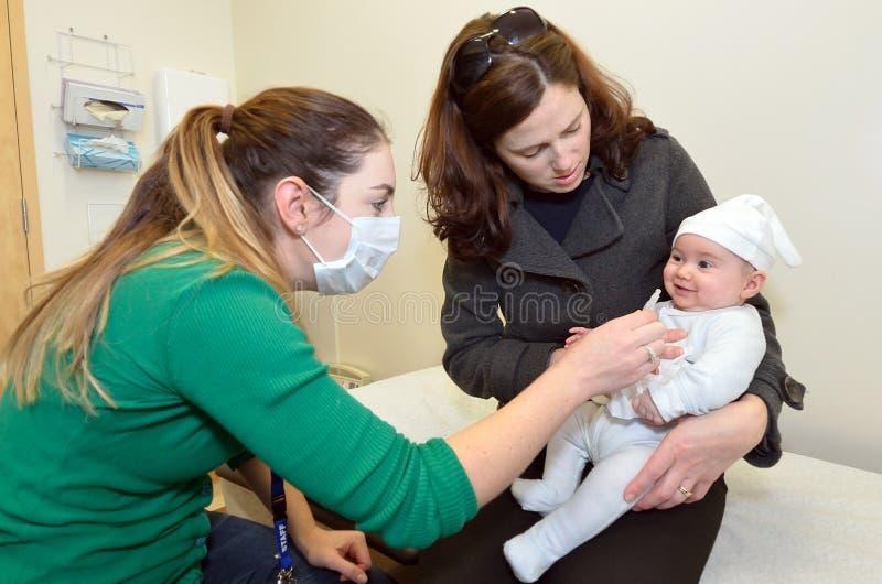 新出生的婴孩轮状病毒疫苗免疫 免版税库存照片