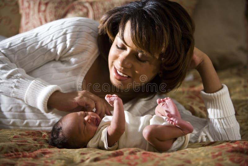 新出生非洲裔美国人的小的母亲 免版税库存照片