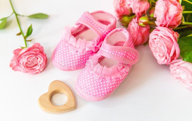 新出生 在轻的背景的婴孩辅助部件 r 库存图片