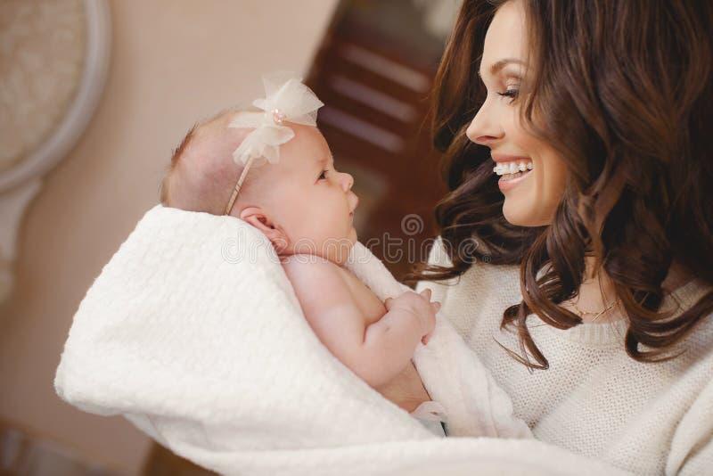 新出生婴孩愉快的母亲 库存图片