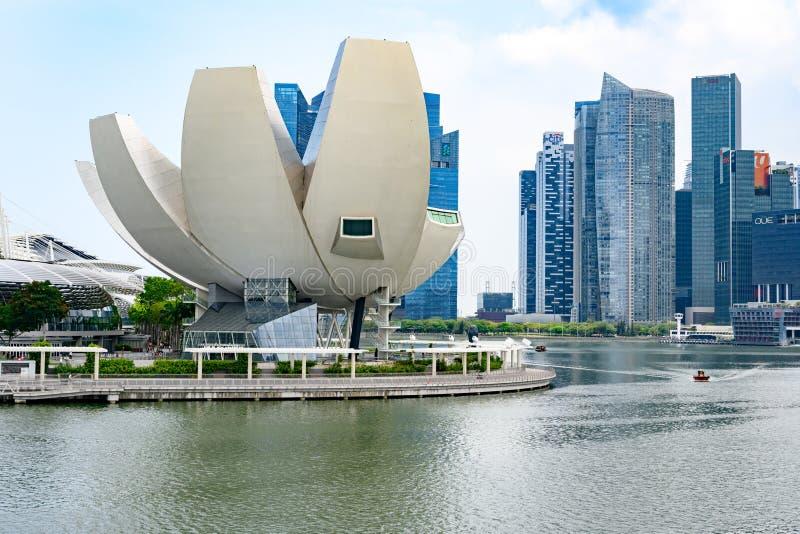新加坡、ArtScience博物馆小游艇船坞海湾的和财政区在背景中 库存照片