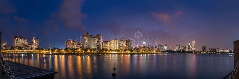 新加坡全景在蓝色小时 免版税库存图片