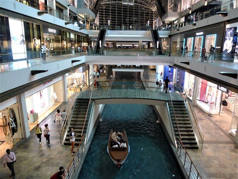 新加坡在小游艇船坞海湾沙子的商店 库存照片