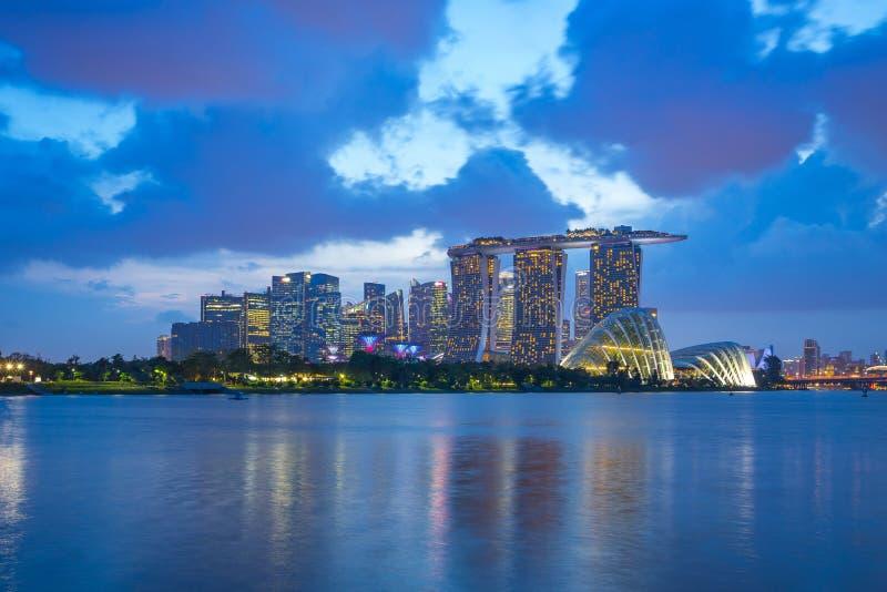新加坡市从小游艇船坞堰坝的地平线视图在新加坡市 库存图片