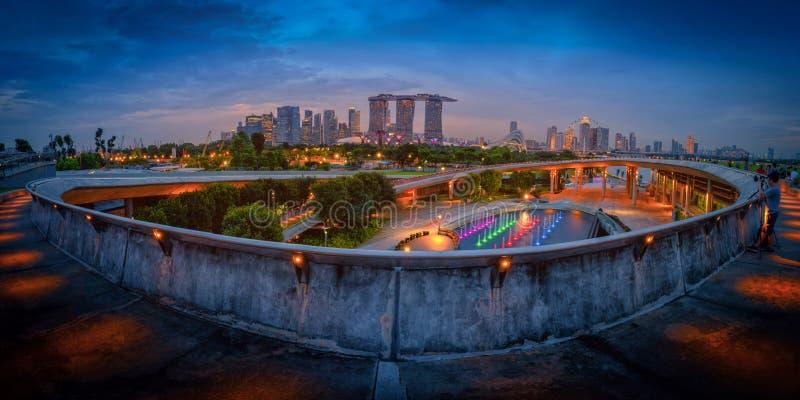 新加坡市摩天大楼地平线和看法小游艇船坞的攻击 免版税库存图片
