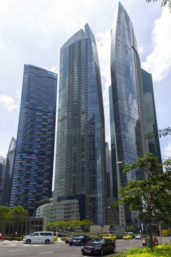 新加坡摩天大楼和汽车 库存图片