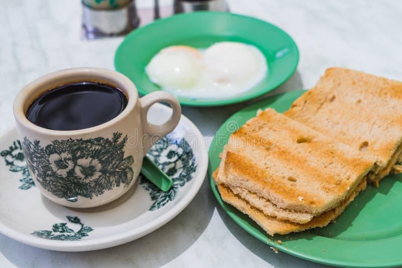 新加坡早餐Kaya多士,咖啡面包和半熟的鸡蛋 免版税图库摄影