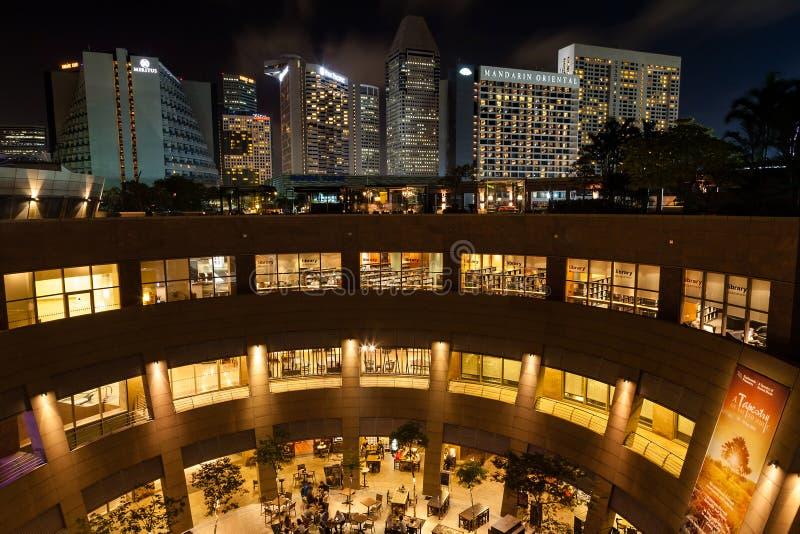 新加坡有小游艇船坞地平线的广场剧院在晚上 免版税库存图片
