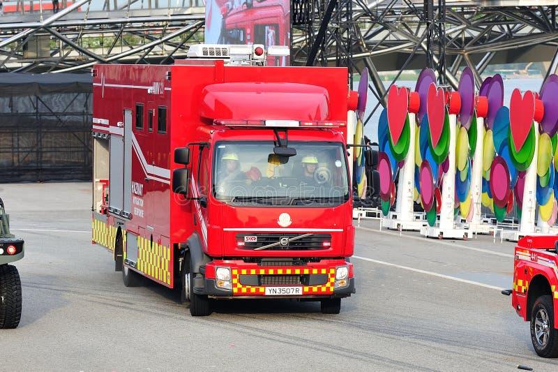 新加坡民防力量(SCDF)危险物料到达在场面的缓和车在国庆节游行期间2013年 图库摄影
