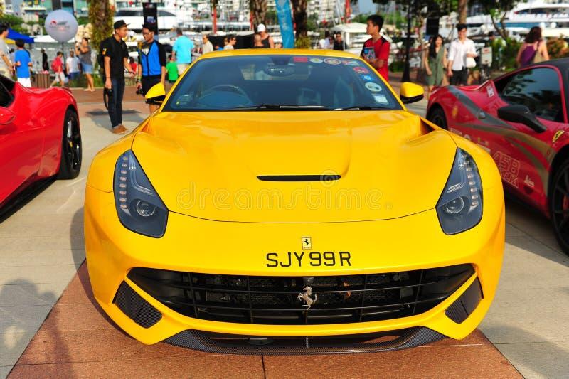 新加坡法拉利陈列他们的法拉利汽车的俱乐部所有者在新加坡游艇期间显示在一个程度15小游艇船坞俱乐部圣淘沙小海湾 免版税库存图片