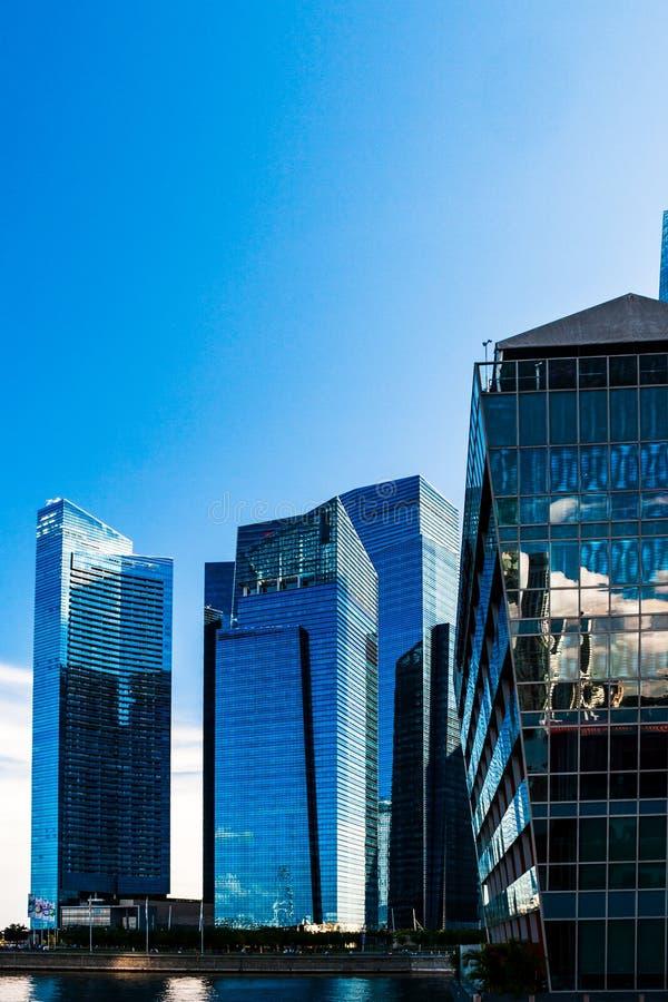 新加坡滨海湾一些建筑的天空反射 垂直视图 免版税库存照片