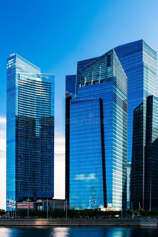 新加坡滨海湾一些建筑的天空反射 免版税图库摄影