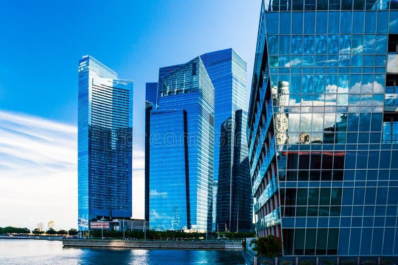新加坡滨海湾一些建筑的天空反射 免版税库存照片