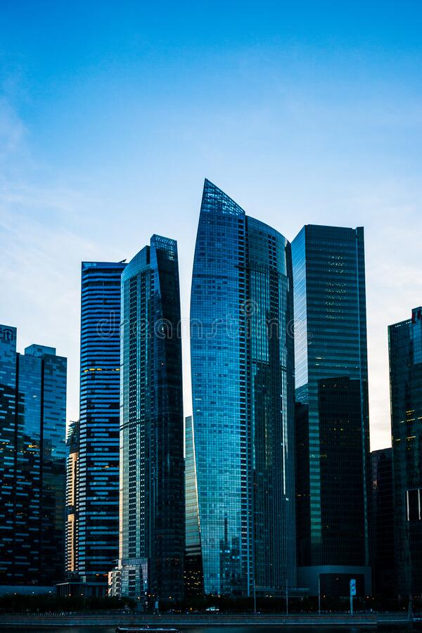 新加坡滨海湾部分建筑的日落 库存图片