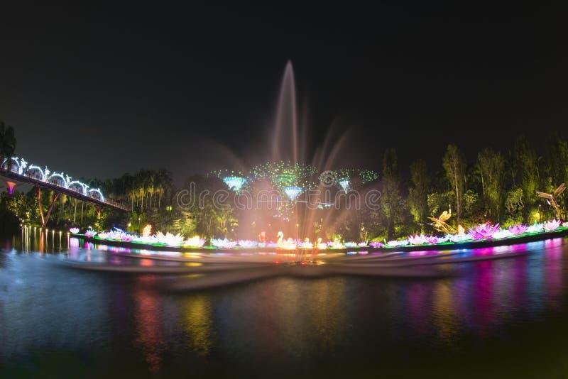 新加坡的五颜六色的地平线美丽的景色从小游艇船坞堰坝的 免版税图库摄影