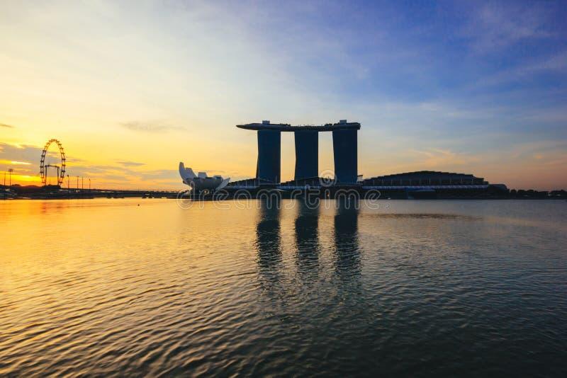 新加坡飞行物和小游艇船坞海湾沙子与日出 免版税库存图片