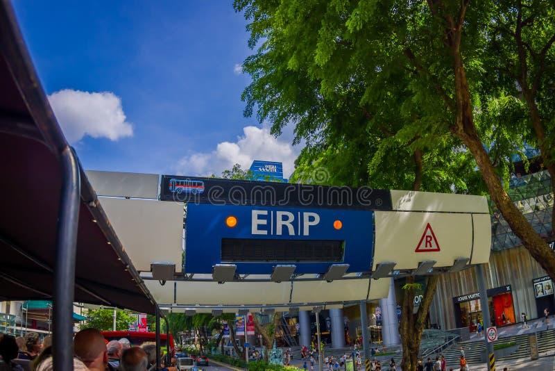 新加坡,新加坡- 2018年2月01日:汽车穿过在街道上的ERP系统在街市果树园在新加坡 免版税库存图片