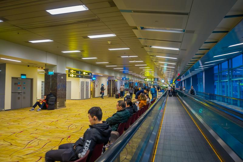新加坡,新加坡- 2018年1月30日:走接近的未认出的人民自动扶梯在樟宜国际性组织 库存照片