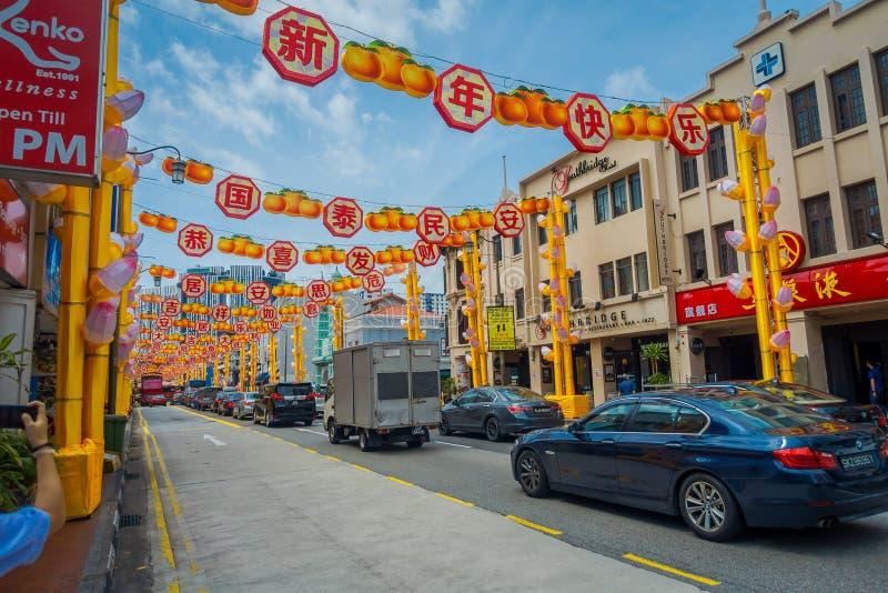 新加坡,新加坡- 1月30 2018年:许多汽车COutdoor视图在新加坡显示的被更新的唐人街 免版税库存图片