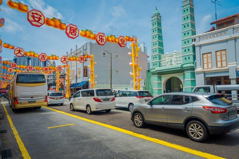 新加坡,新加坡- 1月30 2018年:许多汽车COutdoor视图在新加坡显示的被更新的唐人街 库存照片