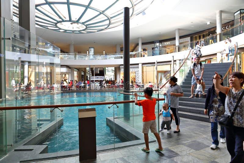 新加坡:下雨在小游艇船坞海湾沙子内的Oculus 免版税库存图片