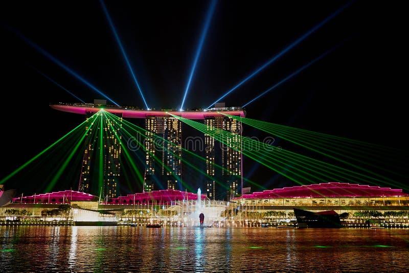 新加坡-在小游艇船坞海湾沙子的激光展示 免版税库存图片