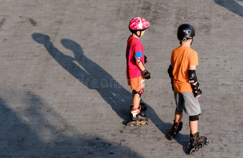 新加坡23 2019年3月:在路辗的小男孩骑马在夏天 库存照片