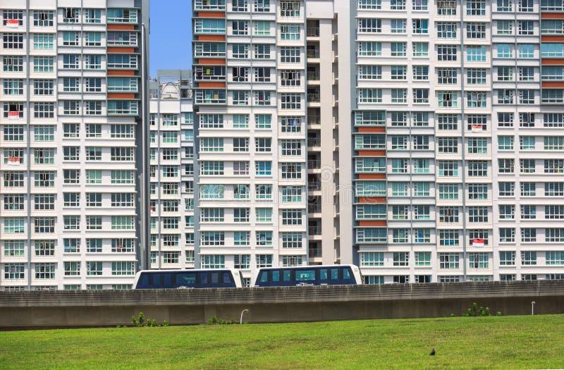 新加坡27 2019年7月:新加坡Punggol地区residentail大厦和lrt火车路轨 免版税库存图片
