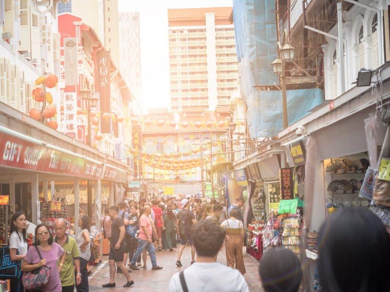 新加坡- 2018年11月25日:唐人街看法,许多游人发现那里地道食物、衣裳和其他材料和人允诺 免版税库存图片