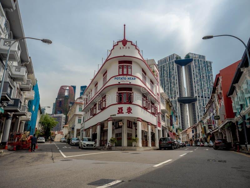 新加坡-2018年11月25日:土豆头在Keong Saik路,商店house&HDB经典之作的民间餐馆和老牌大厦 图库摄影